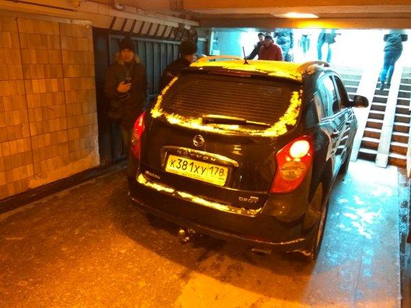 В Петербурге внедорожник въехал в подземный переход и застрял