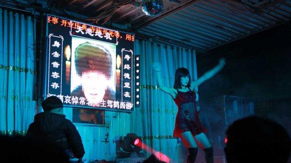 Китайские власти ведут активную борьбу с эротическими танцами на похоронах