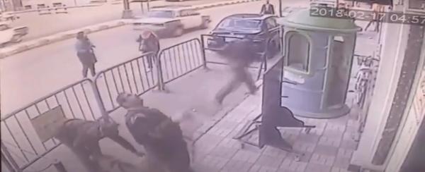 В Египте полицейский поймал падающего с третьего этажа мальчика