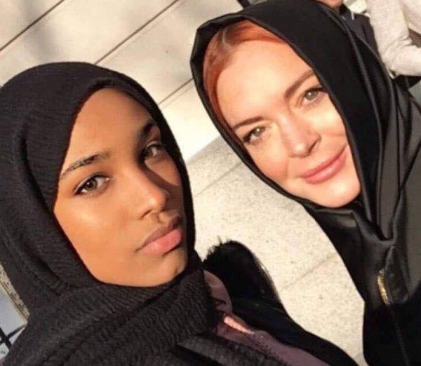 Линдси Лохан пришла на модный показ в Лондоне в хиджабе