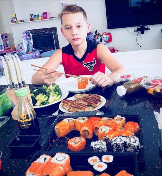 Муж Ксении Бородиной кормит сына вредной едой в обход правил