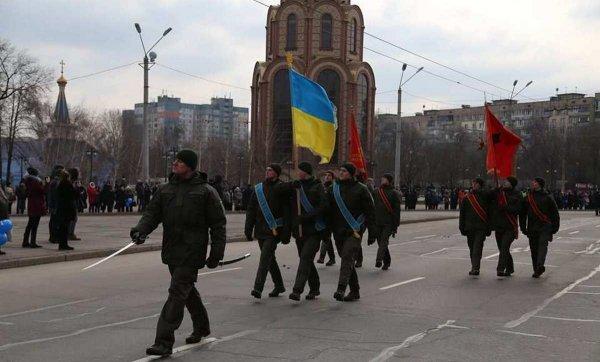 Нацгвардия Украины вышла на парад под советскими флагами