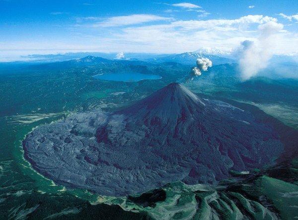 Вулкан на Курилах изверг столб пепла