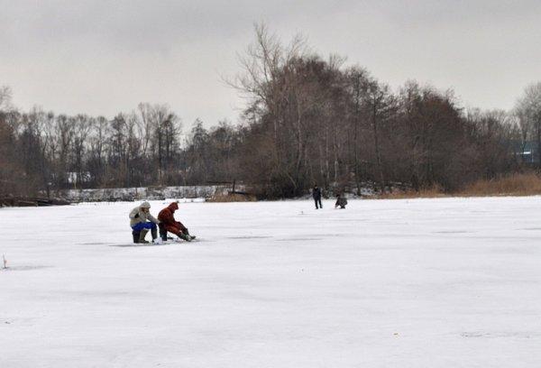 Ока с тремя рыбаками провалилась под лед в Калининградской области