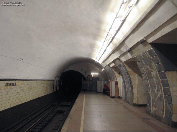 В Москве пенсионерка упала на рельсы на станции метро «Лубянка»