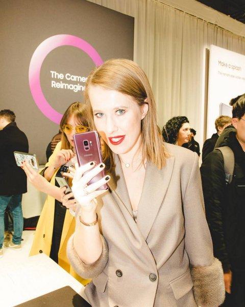 Ксению Собчак с флагманом Galaxy S9 упрекнули отдаленностью от народа