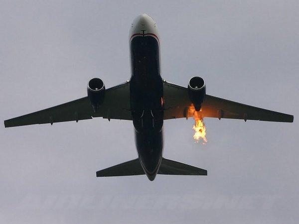 В США экстренно сел самолет с горящим двигателем