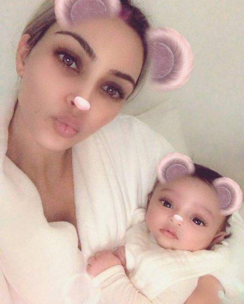 Ким Кардашьян впервые показала младшую дочь