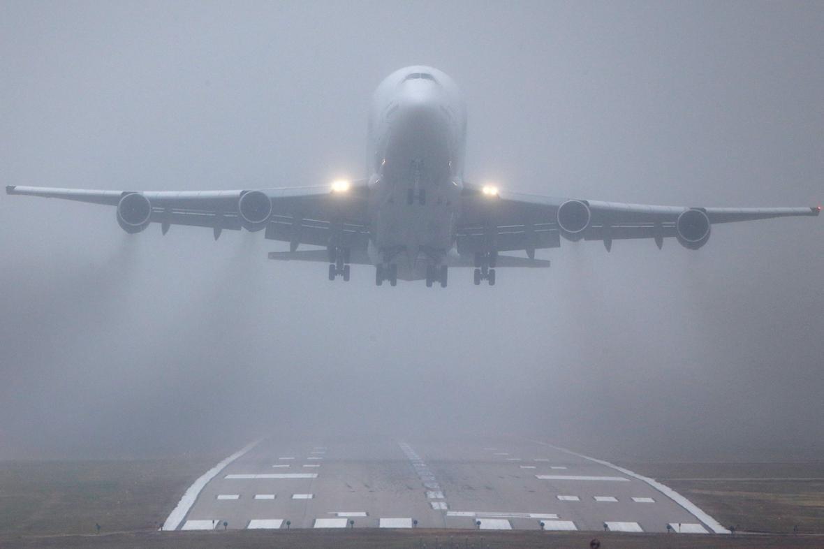 Посадку крупнейшего пассажирского самолета вшторм сняли навидео