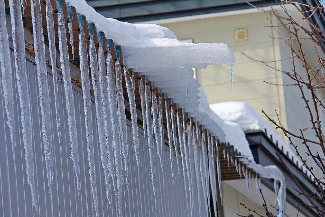 ВИстре из-за снегопада рухнула крыша строящегося катка