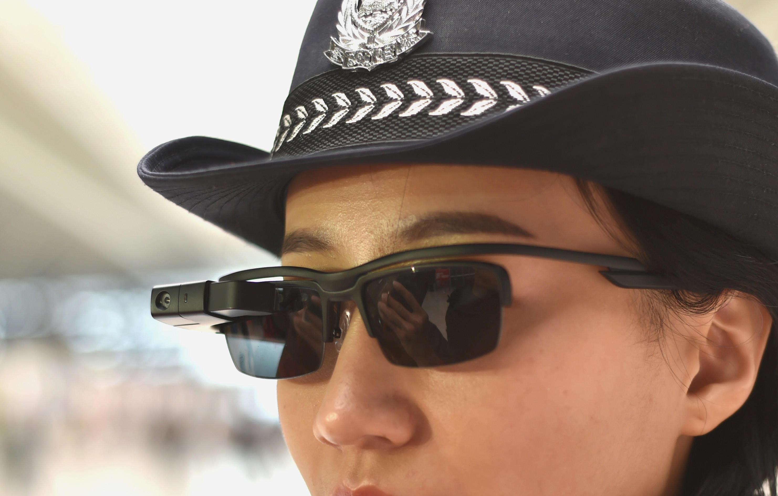 В Китае полицейским выдают умные очки для вычисления преступников
