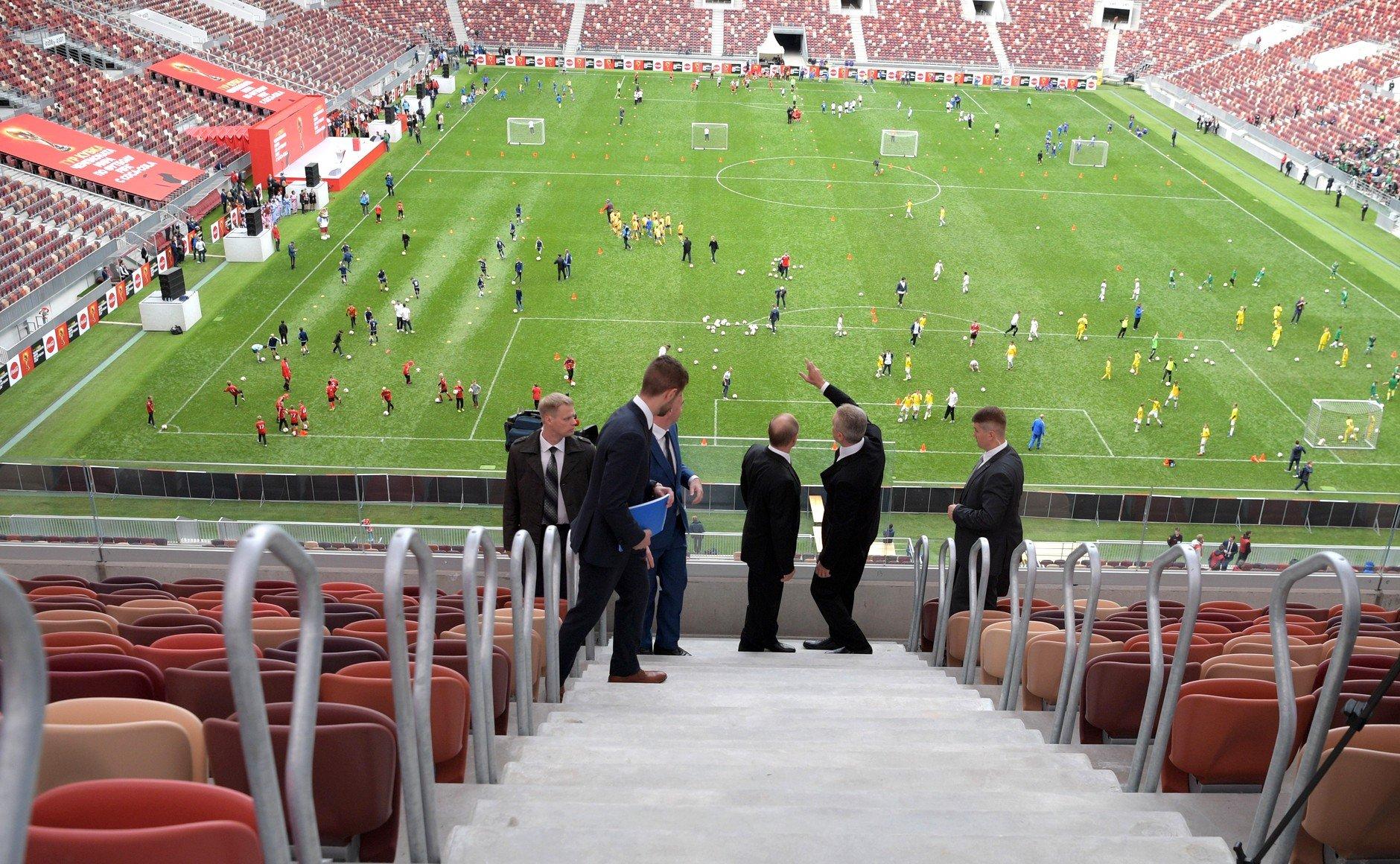 Около 600 волонтеров помогут зрителям матча РФ - Бразилия оперативно покинуть стадион