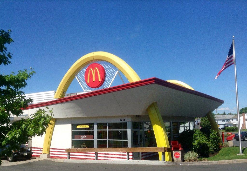 Полицейский разгромил McDonald's заотказ приготовить 30 бургеров
