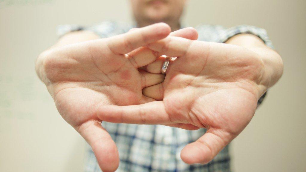 Хрустят суставы пальцах ушиб плечевого сустава чем лечить