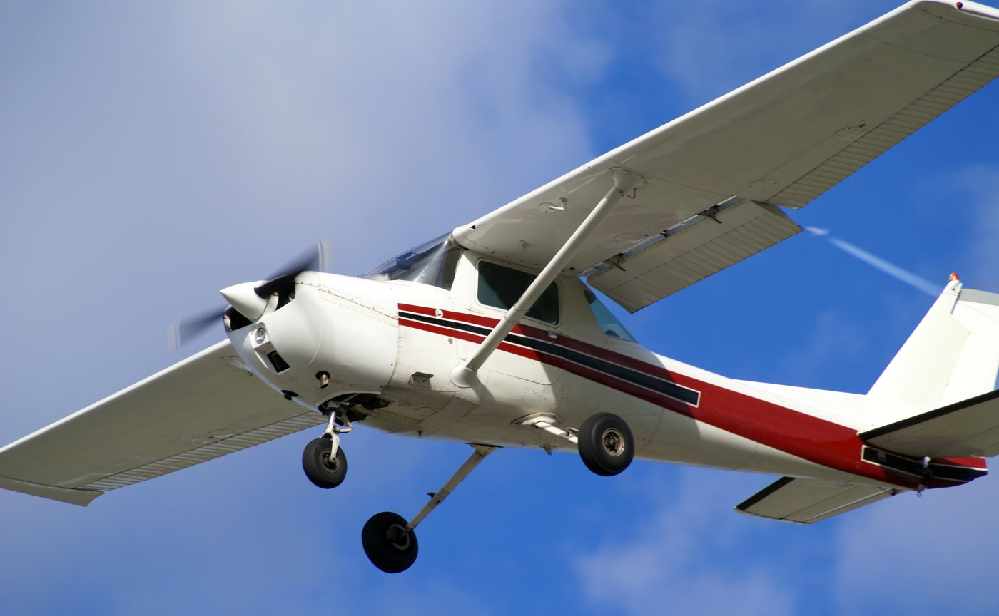Пилот самолета поцеловал землю после жесткой посадки