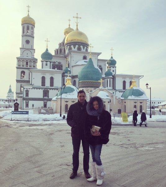 Он точно её не любит: Анастасия Волочкова с любовником посетила мужской монастырь