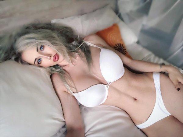 """Полуголая """"Одесская Барби"""" эротическими фото пытается отвлечь поклонников от эмоций"""
