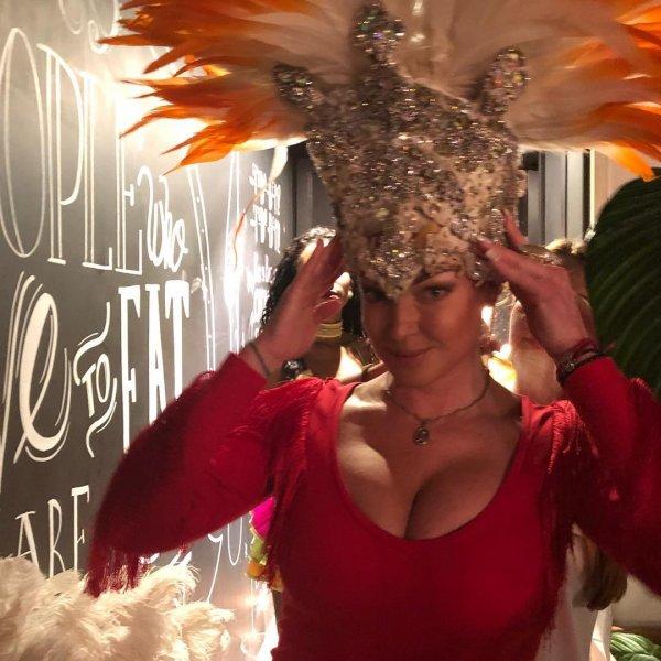 Анастасия Волочкова подурачилась на зажигательной вечеринке в сексуальных чулках