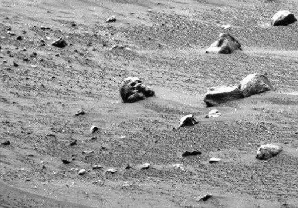 Уфологи увидели на Марсе череп марсианина