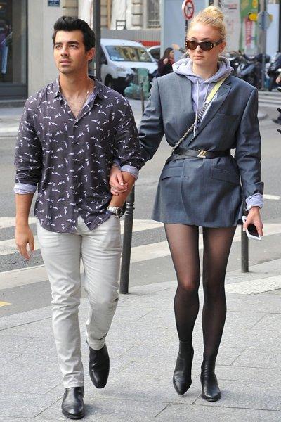 Звезда «Игры престолов» Софи Тернер прогулялась по Парижу без штанов