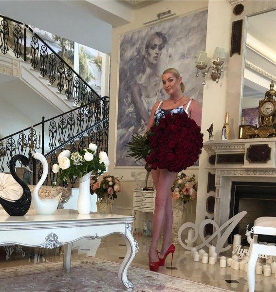 Без юбки и с новым любовником: Анастасия Волочкова начала отмечать 8 Марта