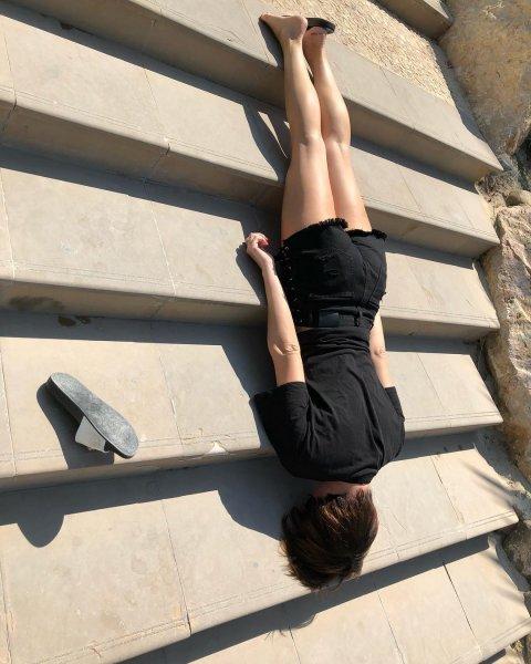 Настасья Самбурская показала, как элегантно шлёпнулась вниз по лестнице