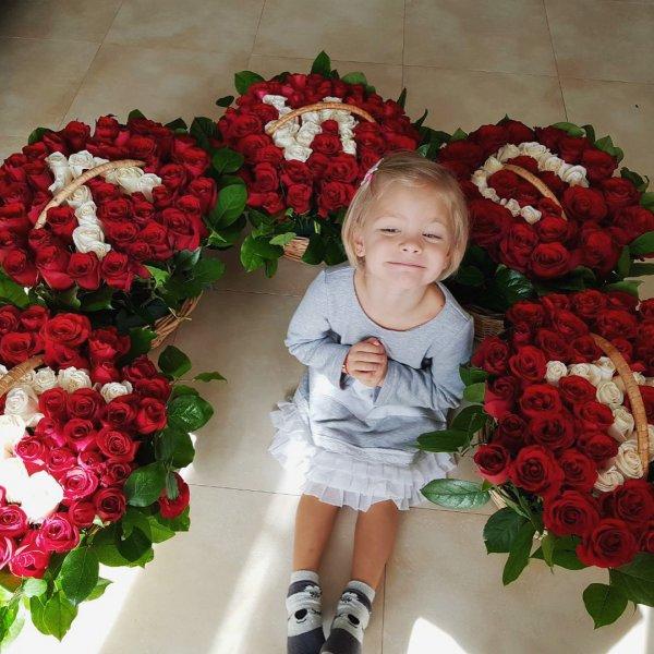 Тимати подарил своей дочери пять корзин с розами