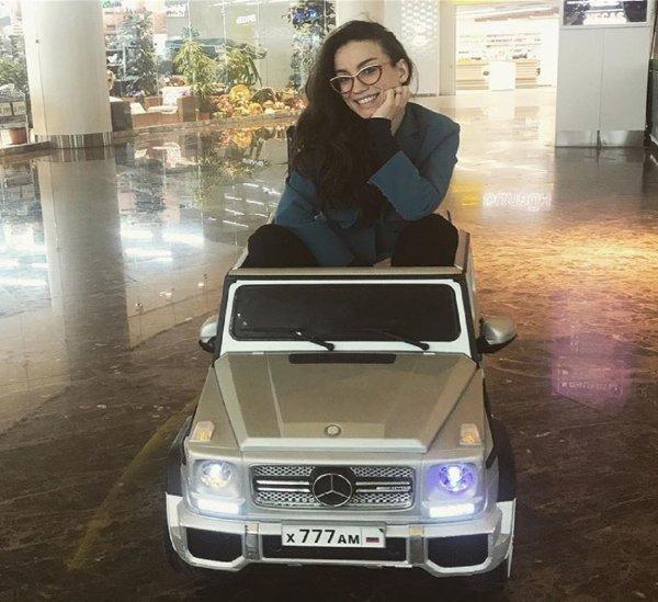 Вике Дайнеко подарили белый Mercedes с блатными номерами