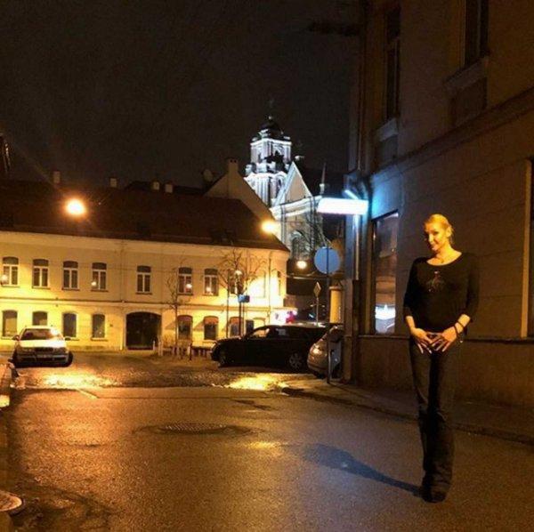 Комическая поза: Волочкова прикрыла руками «причинное место»