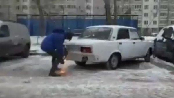 Мужчина отрезал болгаркой часть кузова «Жигулей», чтобы припарковать свой автомобиль