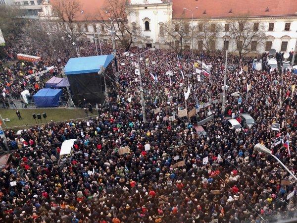 Во время массовых митингов в Словакии население настаивает на досрочных выборах