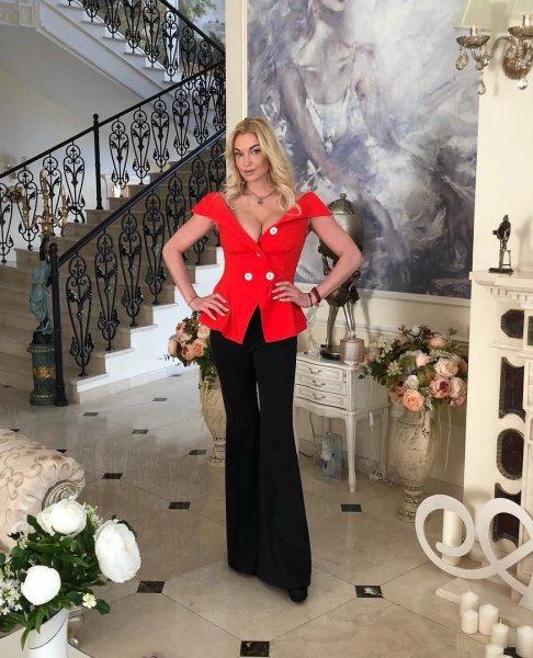 Собралась на выборы: Объемная грудь Волочковой вывалилась наружу