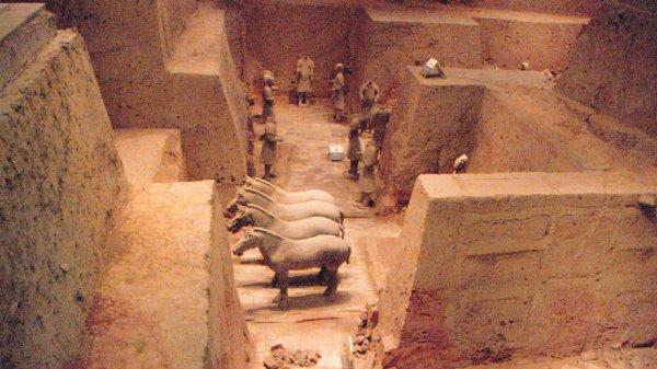Археологи обнаружили редкую бусину в древней гробнице в Китае