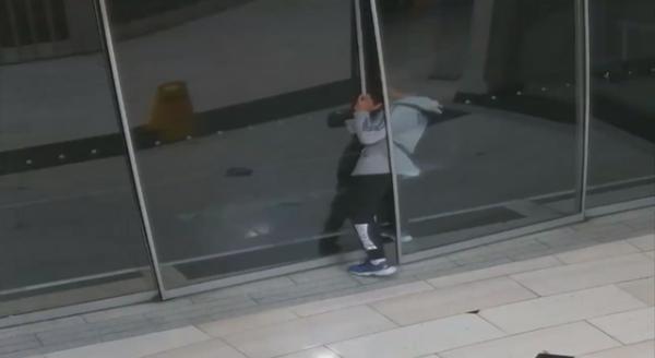В Мельбурне грабителя поймала дверь магазина