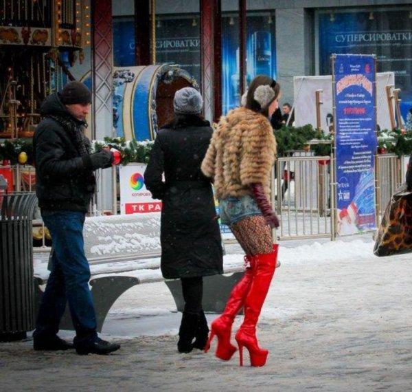 В Подмосковье двух голых темнокожих проституток выгнали на мороз