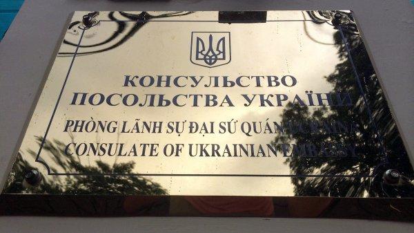 В Польше у посольства Украины сожгли фото Бандеры и Шухевича