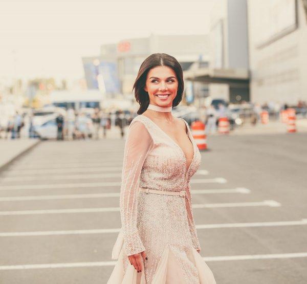 Анна Седокова подразнила фанатов упругой грудью