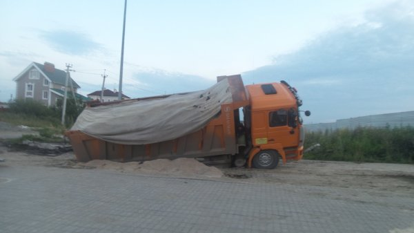 В Новосибирске под грузовиком провалилась дорога