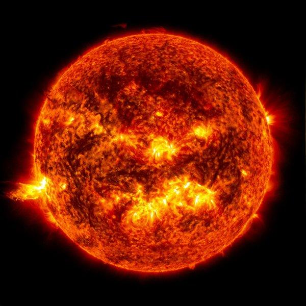 Уфолог обнаружил возле Солнца крупный инопланетный объект с модулями
