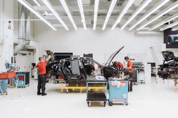 Новый Porsche Mission E показали на сборочном конвейере