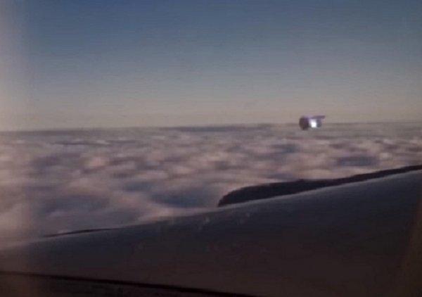 Пассажир снял на телефон летевший рядом с крылом самолета НЛО