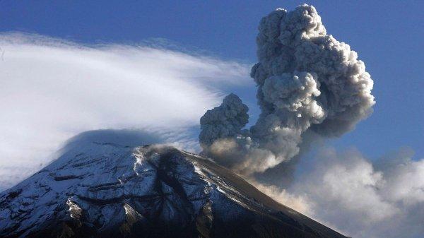 В Японии вулкан Симмоэ выбросил 3-километровый столб пепла