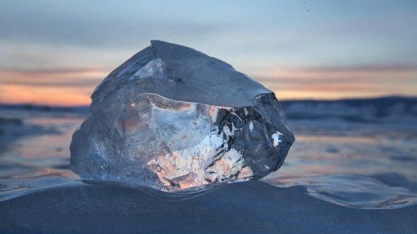 На Камчатке от упавшей глыбы льда с крыши погибла 3-летняя девочка
