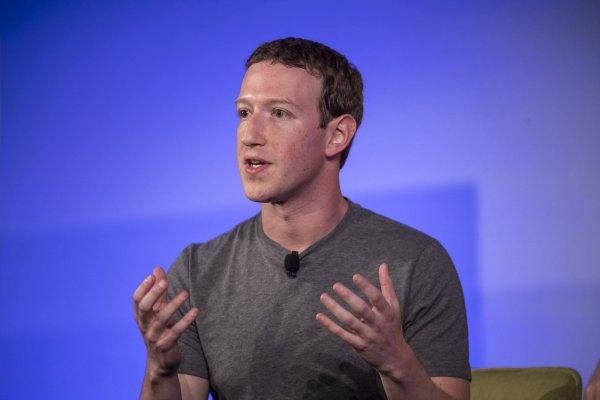 Цукерберг принес извинения за слив данных пользователей Facebook