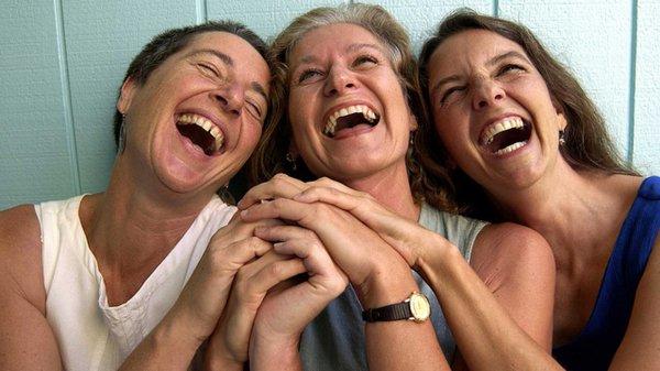 Специалисты: Смех уменьшает стресс и укрепляет отношения