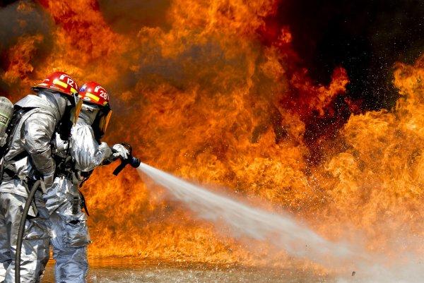 В Оренбурге спасатели тушат возникший на заводе пожар