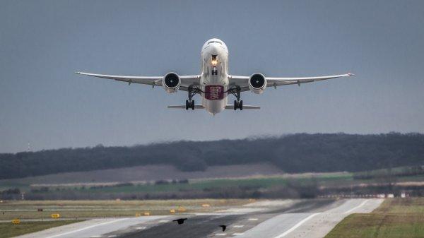 В Якутске пассажирский самолёт сел с выключенным двигателем