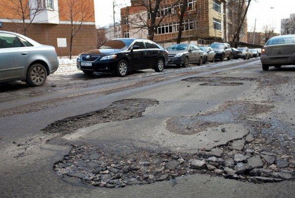 В Ростове пять автомобилей угодили в яму на проспекте Нагибина