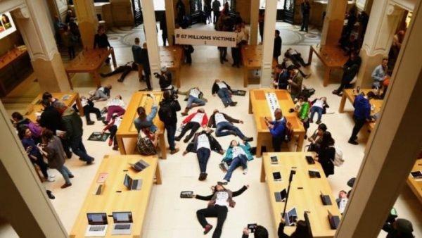 Французские активисты «умерли» посреди Apple Storе в знак протеста