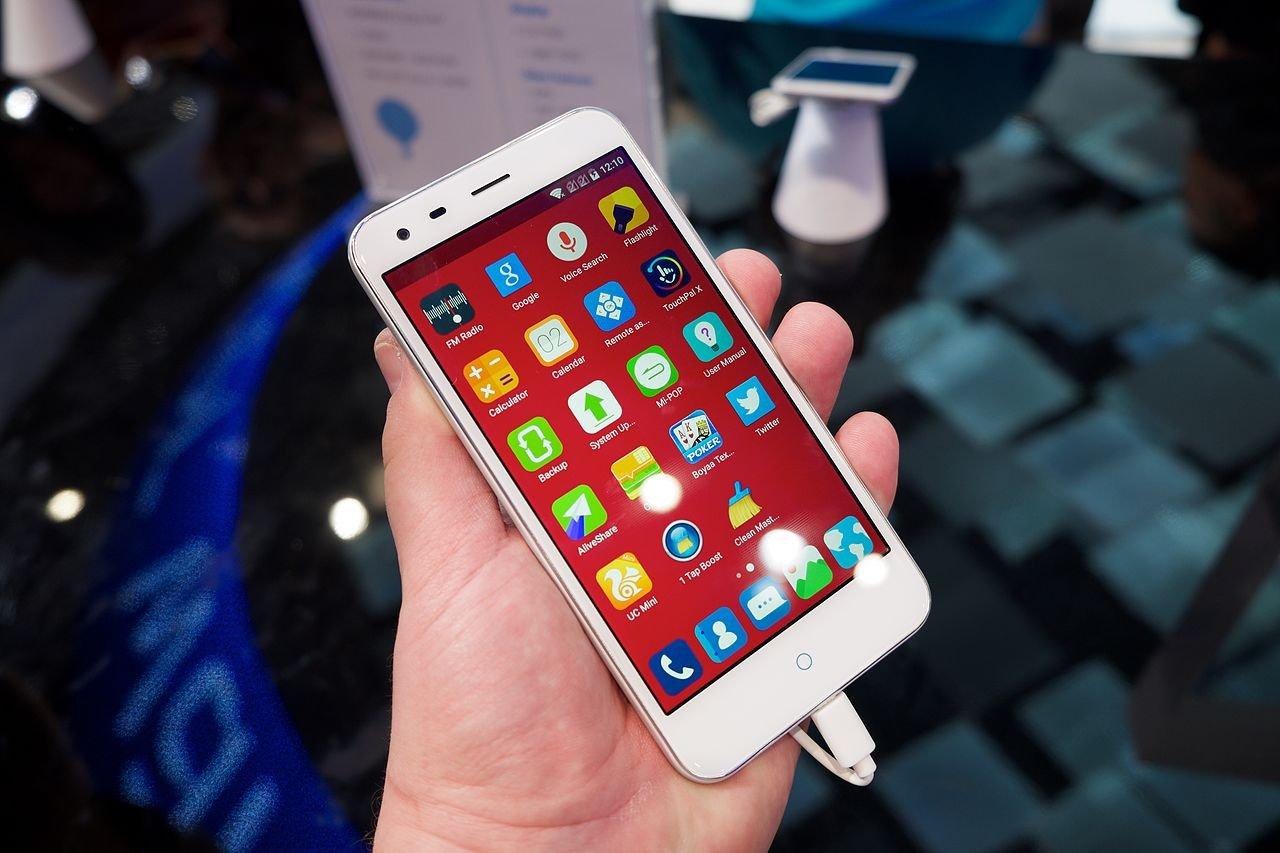 Концепт-смартфон ZTE получил сразу две моноброви